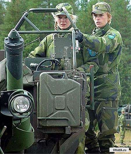 Девушки в военной форме разных стран